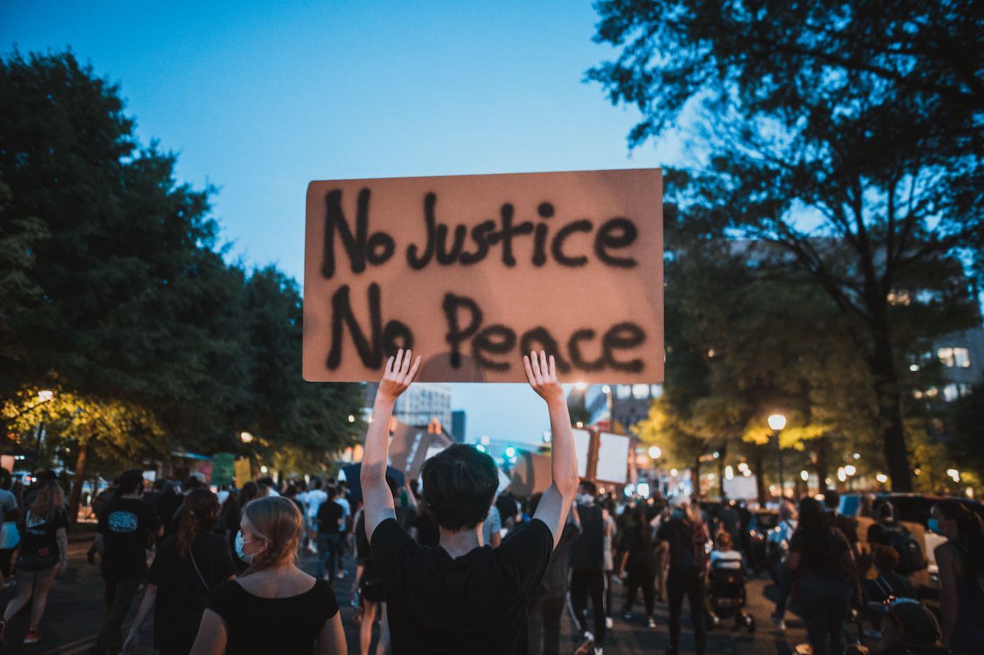 protester-holding-Foto av Kelly Lacy